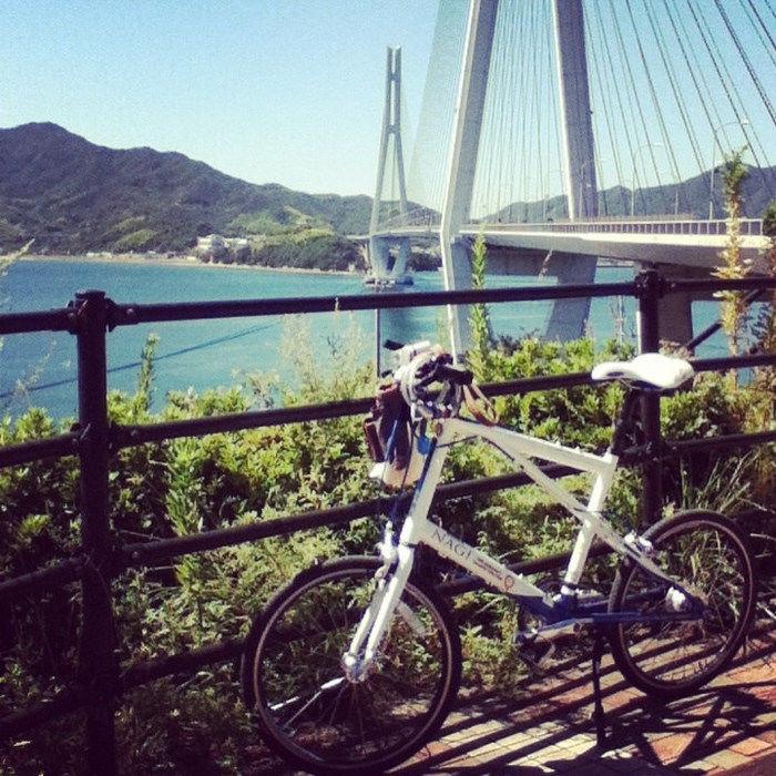 柵に立てかけられた自転車