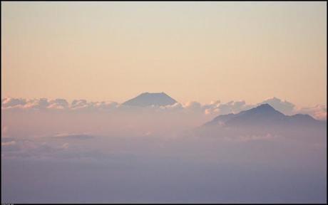 雲のから少し見える鳳凰三山