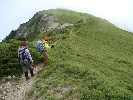 鳳凰三山の山頂を目指す人