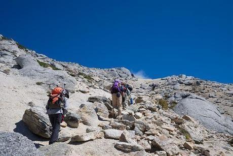 岩の多い山を登る人々