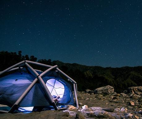 夜空の下にたてられたヘイムプラネットのテント、THE CAVE