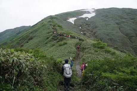 谷川岳を登る人々