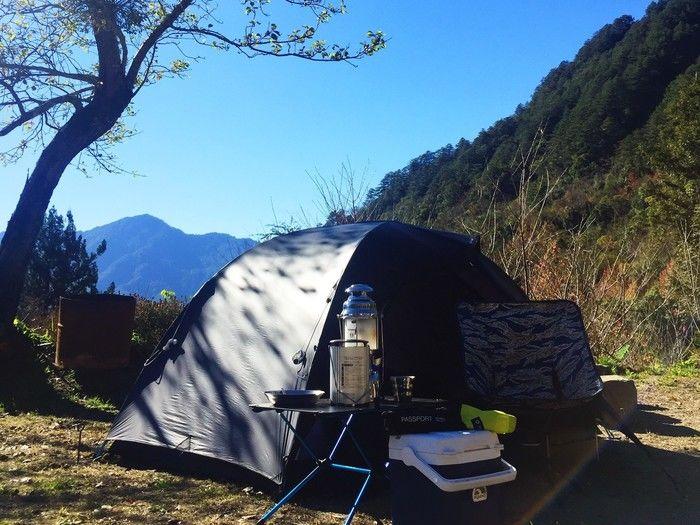 山岳に張られたヘリノックのテント
