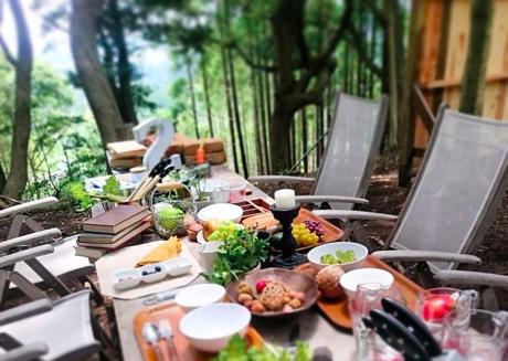 森のフリーサイト内の食卓の様子