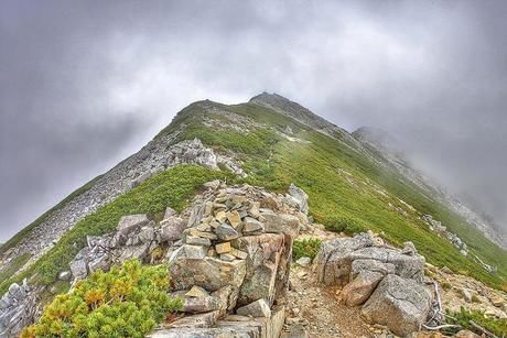 岩の多い険しい山