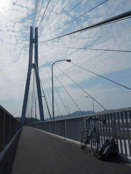 しまなみ海道の橋に立てかけられた自転車