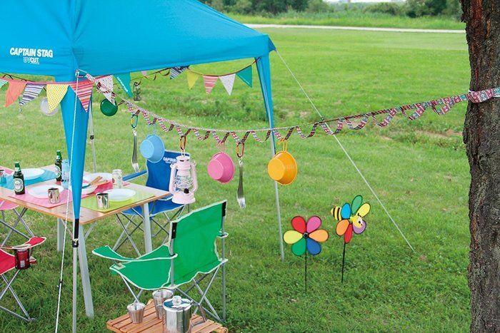 ハンギングテーンを使ってカラフルに飾り付けられたキャンプサイト