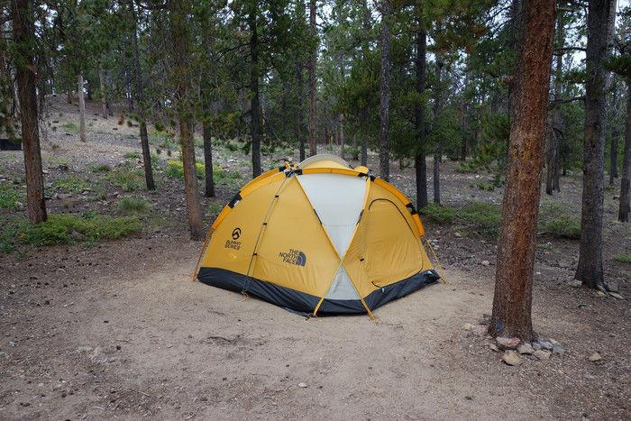 木々の間に設置されたノースフェイスのドームテント