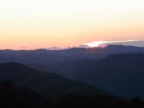 剣山頂上ヒュッテ雲海荘から見た夕暮れ時の景色
