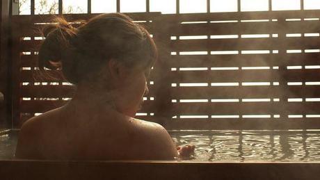 剣山木綿麻温泉に入る女性