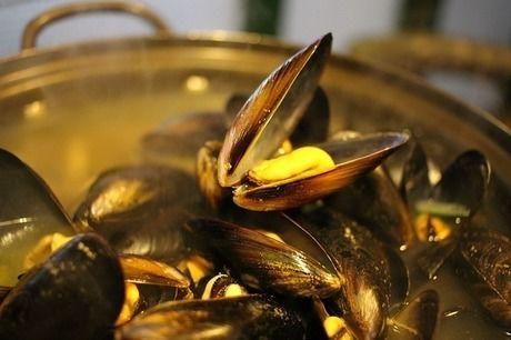 鍋で煮込まれている貝