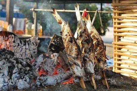 串に刺し炭火で焼かれている魚