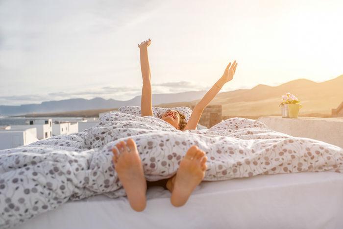 布団で気持ちよさそうに眠る女性