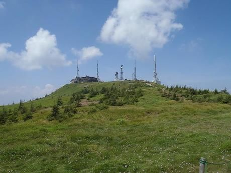 青空と山と山の上に立つ建物