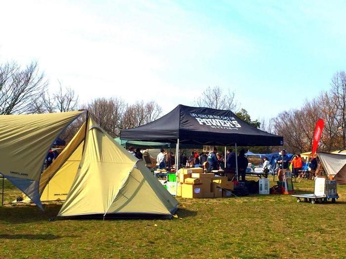 パワーズ主催のキャンプ用品の展示会の様子