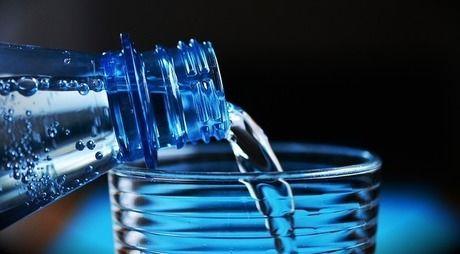 グラスに水を注ぐ様子