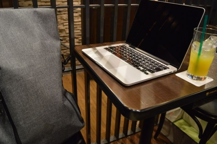 カフェ店内でパソコンを開いている様子