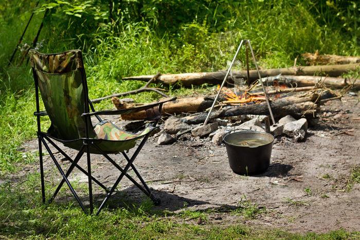 椅子と薪とダッチオーブン料理