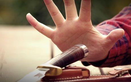 ナイフを持とうとする手