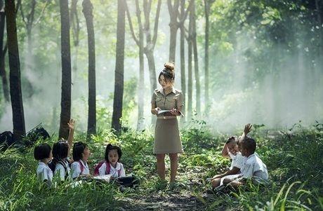 森の中に座る子供たち