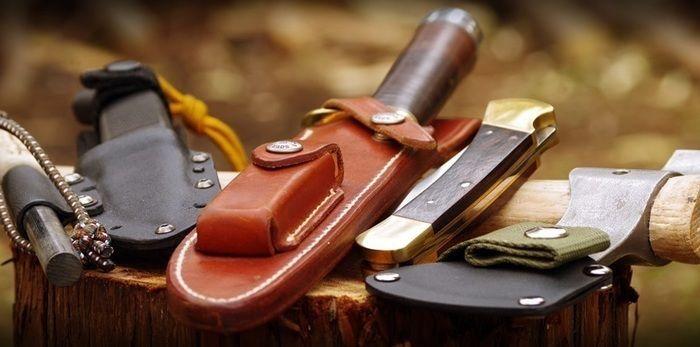 切り株の上に置かれたナイフ