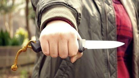 ナイフをしっかり握りしめる様子