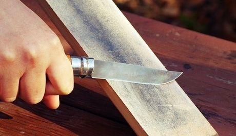 ナイフを研ぐ様子