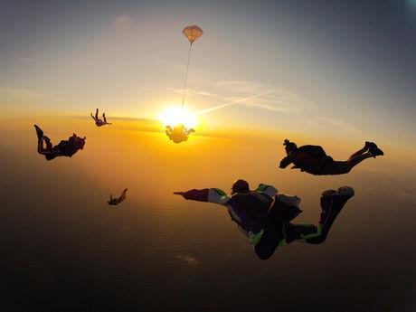 夕日と大空を飛ぶ人々