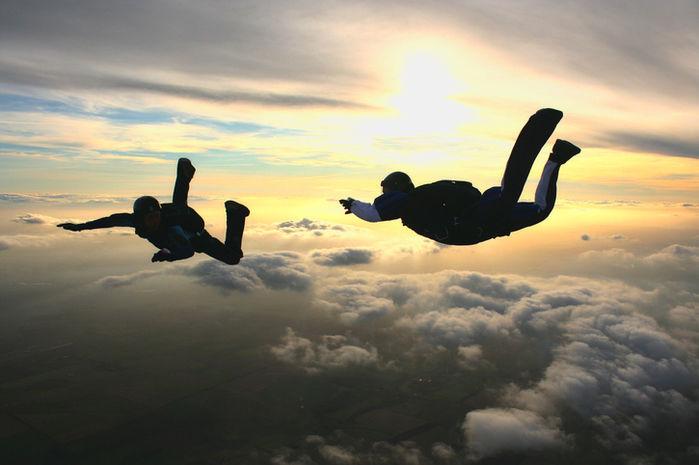 夕日の大空を飛ぶ2人