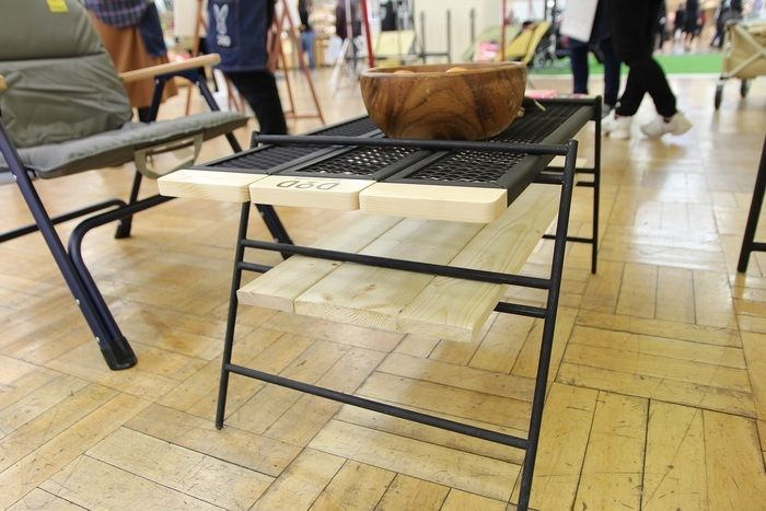 テキーラテーブルの中段に木材をセットした様子
