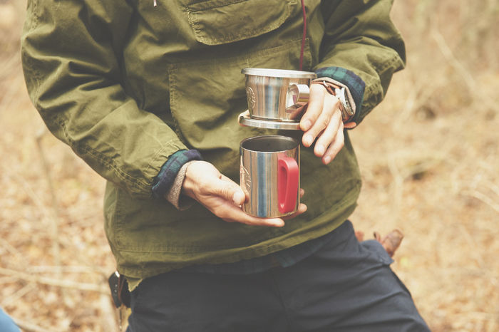 コーヒーカップを持つ男性
