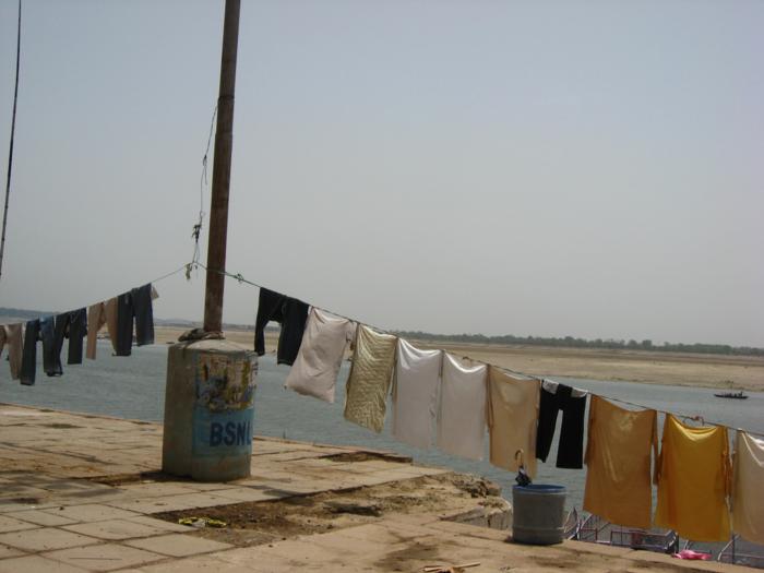 洋服が海辺に吊るし干しにされている様子