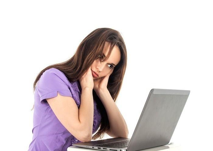 パソコンを見て悩んでいる女性
