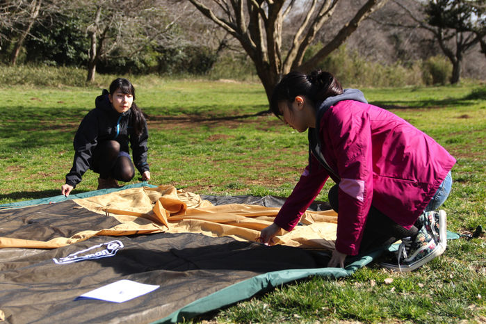 インナーテントを広げるキャンプ初心者の女性2人