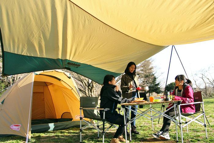 コールマンのタフドームの前室で食事を楽しむ女性3人