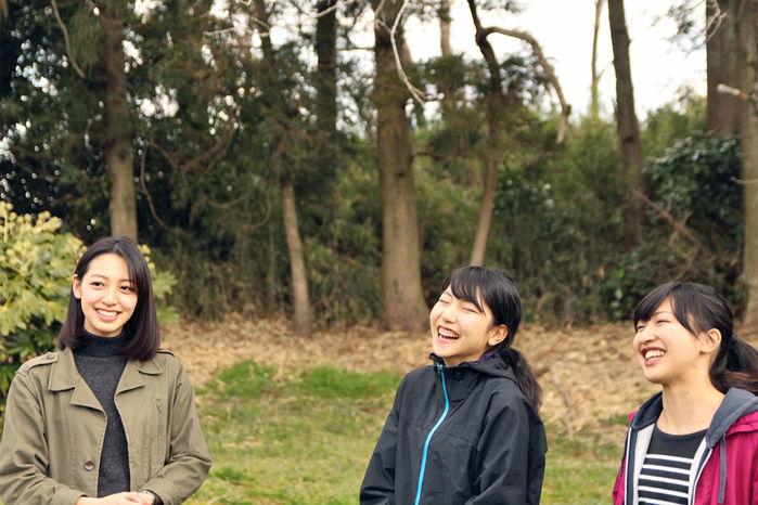 テント設営後のインタビューに楽しそうに応える女性3人
