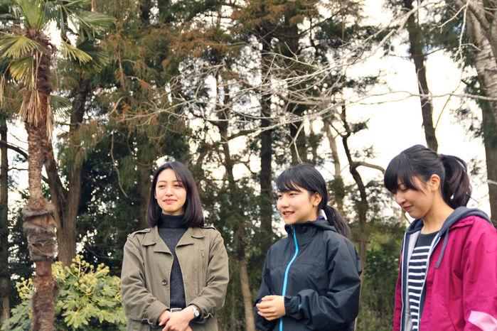 テント設営にチャレンジする前の女性3人