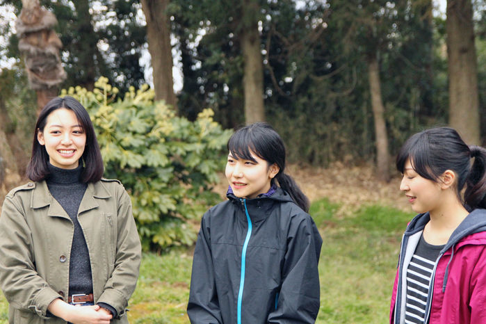テントを立てる前にインタビューを受ける女性3人