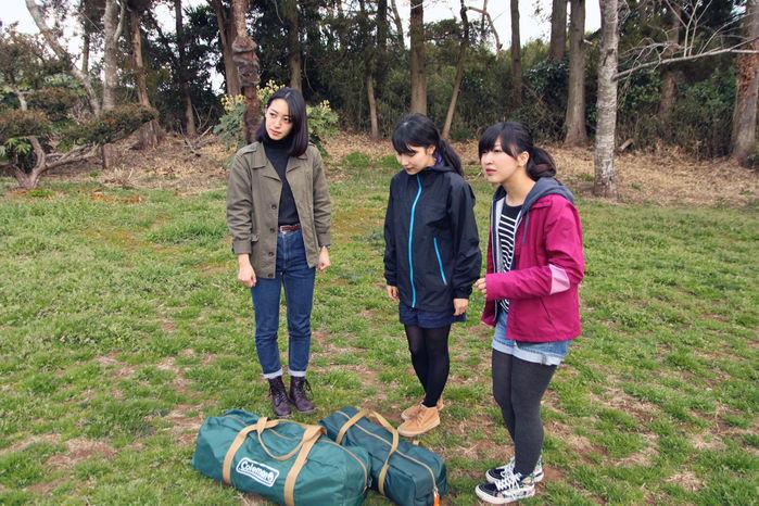設営前のコールマンのテントと女性3人