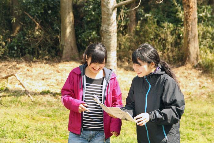 コールマンのエクスカーションティピーの説明書を楽しそうに読んでいる女性2人