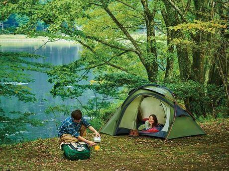 ogawaのテントの中でくつろぐ女性