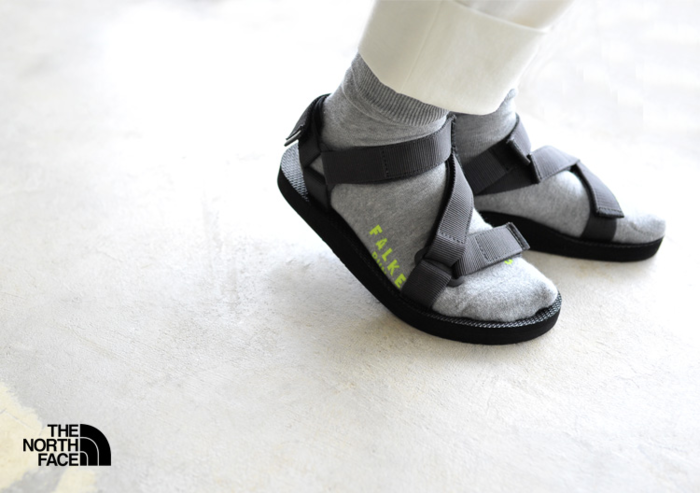 グレーの靴下に合わせたノースフェイスのウルトラティダルサンダル