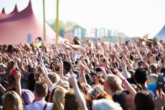 フェスに集まる人々
