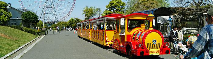 葛西臨海公園内を走る機関車と観覧車