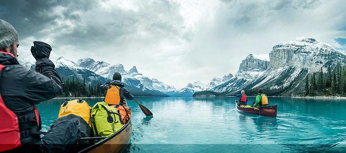 カヤックを漕ぐ人々