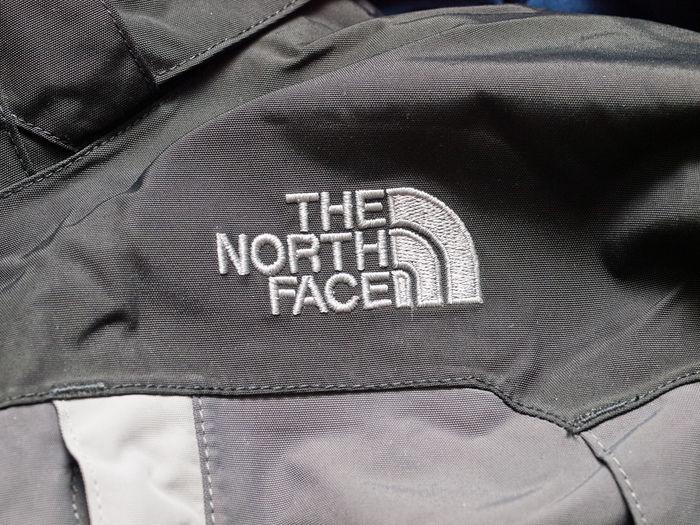 ノースフェイスのレインウェアのロゴ