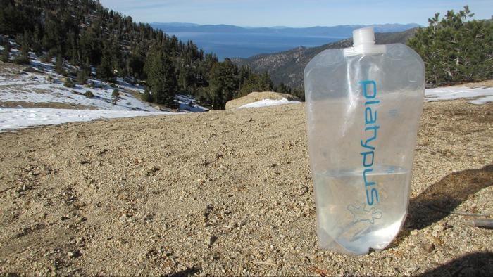 砂の上に置かれた水が入ったプラティパス容器