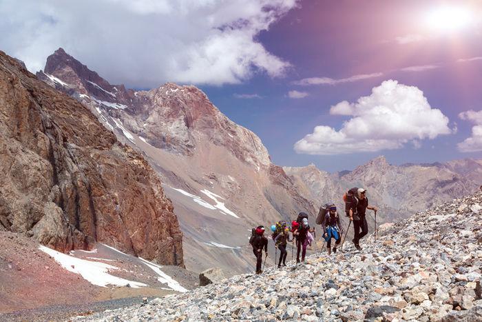 険しい山を登る人々