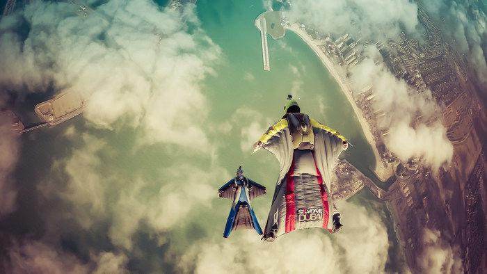 ウィングスーツフライングでドバイの海を飛ぶ様子