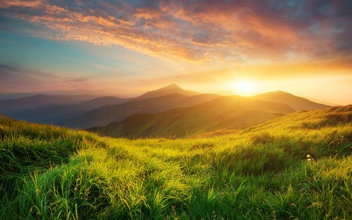 山の間から見える太陽